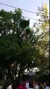 Du khách rơi khỏi đu quay cao hơn 7m trong công viên