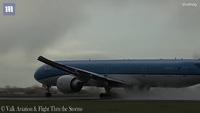 Thót tim với khoảnh khắc máy bay vừa cất cánh đã bị sét đánh chao đảo