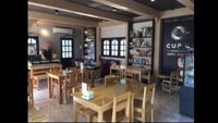 Quán café gây sốt vì cả chủ và phục vụ đều sở hữu thân hình nóng bỏng