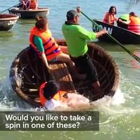 Khách Tây thích thú khi chèo thuyền thúng ở Việt Nam