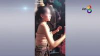 Cười gượng với du khách Trung Quốc, hai cô gái lễ tân phải lên tiếng xin lỗi