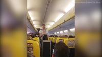 Du khách phấn khích trước điệu nhảy sexy của nam tiếp viên hàng không