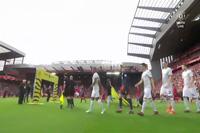 Cầu thủ MU và Liverpool bước ra sân bắt đầu trận đại chiến ở Anfield