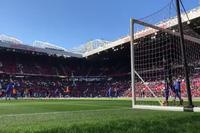 Các cầu thủ Chelsea khởi động trước trận gặp MU