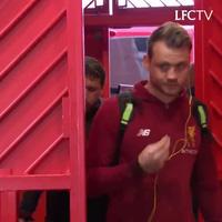 Các cầu thủ Liverpool hành quân tới Old Trafford