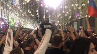 Người hâm mộ Nga cùng nhau hát Kachiusa trên đường phố