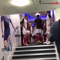 Các cầu thủ Arsenal ra sân khởi động chuẩn bị thi đấu với Chelsea