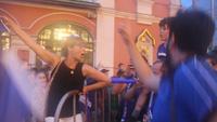 Khoảnh khắc vỡ òa của cổ động viên Pháp trên đường phố Moscow