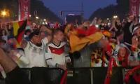 Khoảnh khắc CĐV Đức ăn mừng bàn thắng muộn của Toni Kroos