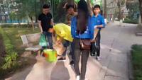 Sinh viên nhặt rác vì môi trường.
