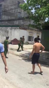 Nam thanh niên đôi co với cảnh sát.