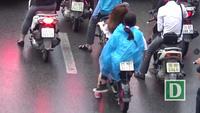 Hà Nội: Học sinh thản nhiên đi xe máy điện không đội mũ bảo hiểm