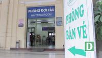 Còn bỡ ngỡ nhưng khách hàng rất hào hứng làm quen với hệ thống máy soát vé tại ga Hà Nội