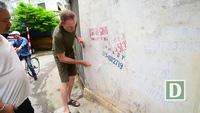 Cựu binh Mỹ cặm cụi gỡ bỏ quảng cáo, rao vặt trên đường phố Hà Nội