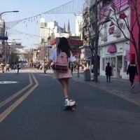 Nữ sinh Hàn Quốc mặc váy trượt ván điêu luyện