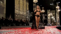 Alessandra Ambrosio trình diễn cho Victoria's Secret
