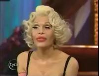 Amanda Lepore trả lời phỏng vấn trên truyền hình