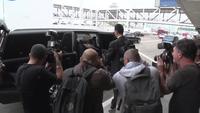 Khloe Kardashian sành điệu ngoài sân bay