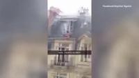 Clip người đàn ông khỏa thân trốn ngoài cửa sổ