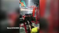 Khoảnh khắc người đàn ông gãy gập xương do tập luyện không vừa sức