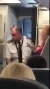 Nhân viên hàng không đánh đuổi hành khách khỏi chuyến bay
