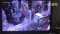 Lái ô tô xông tận vào cửa hàng mua đồ