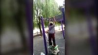 Cụ bà hít xà ngang ở công viên khiến giới trẻ bái phục
