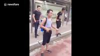 Video thanh niên TQ đeo vòi hoa sen ra đường cho đỡ nóng