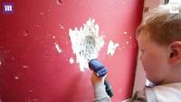 Nhóc 3 tuổi miệt mài xây nhà giúp bố