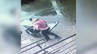 Thót tim chứng kiến cửa sổ tầng 5 vỡ rơi trúng bà mẹ và em bé trong xe đẩy