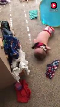 Nhóc không tay không chân tự thu gọn quần áo cất vào ngăn kéo