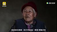 Người bà 76 tuổi hàng ngày đẩy xe lăn đưa cháu đi học