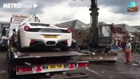 Đoạn video cho thấy chiếc xe Ferrari đã bị phá hủy