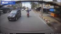 Người đi xe máy mải điện thoại đập mặt vào ô tô