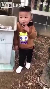 Bé trai 3 tuổi phì phèo thuốc lá