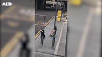 Du khách Anh ngỡ ngàng trước người đàn ông tủm tỉm đưa búp bê tình dục di dạo ở London