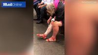 Chờ tàu điện ngầm, cô gái thản nhiên... cạo lông chân