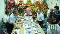 Báo Dân trí vinh dự đón nhận lẵng hoa chúc mừng của Thủ tướng Chính phủ