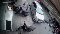 Mở cửa bất ngờ, ôtô gây tai nạn kinh hoàng