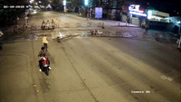 Xôn xao clip thanh niên phóng xe máy tông sập rào chắn tàu