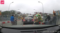 Xôn xao clip nữ tài xế quay đầu ô tô trên cầu, gây gổ với người đi xe máy