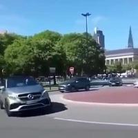 """""""Đùa"""" với vòng xuyến, xe Mercedes lật ngửa"""