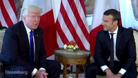"""Màn chào hỏi """"lạ"""" giữa Tổng thống Mỹ-Pháp"""