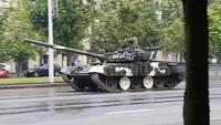 Xe tăng T-72 đâm vào cột điện khi diễn tập diễu hành