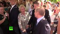 Người phụ nữ không quen biết hôn lên má Tổng thống Putin trên phố