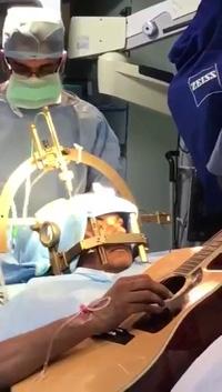 Hy hữu bệnh nhân vừa mổ não vừa chơi ghi ta