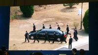 12 vệ sĩ chạy bộ hộ tống xe ông Kim Jong-un