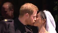 """Màn """"khóa môi"""" ngọt ngào của Hoàng tử Harry và vợ mới cưới"""