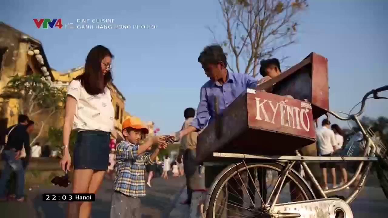 Fine Cuisine: Street vendor in Hoi An