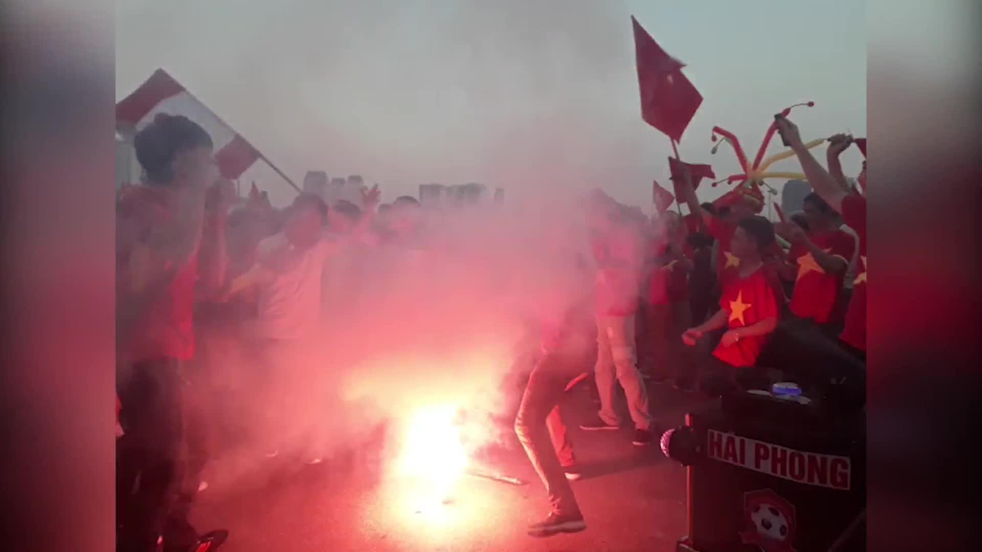 AFF Cup 2018: CĐV Hải Phòng đốt pháo sáng trước đại chiến ĐT Việt Nam - ĐT Philippines